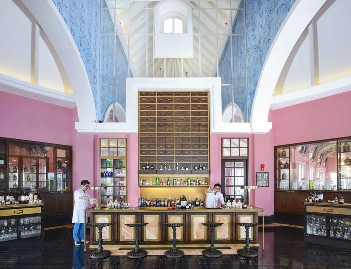Offers specialty cocktails, sea views & live music